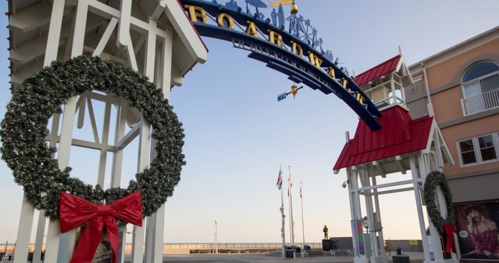 ocean city md boardwalk arch decorated with christmas wreaths